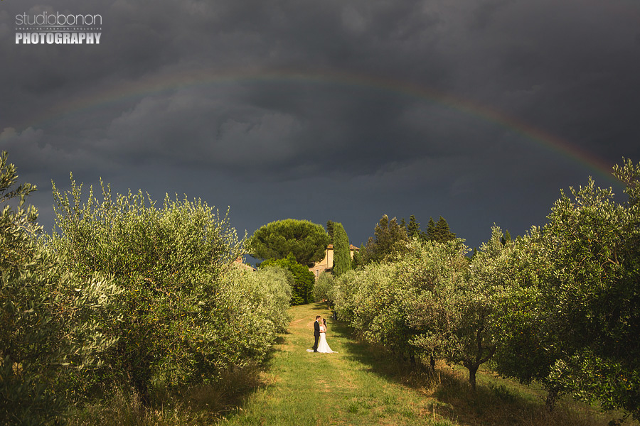 000-elopement-in-tuscany-country-rainbow-romantic-portrait-bride-groom