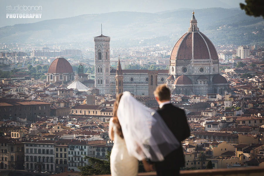 029-bride-groom-looking-to-the-florence-dome-wedding-portrait