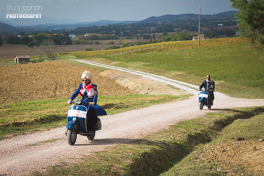 039-groom-father-piaggio-vespa-wedding-reportage-umbria
