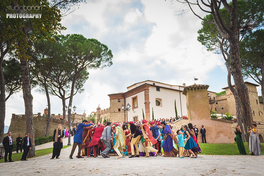 060-fantastic-bolly-wedding-in-umbria-swagat-fun-dancing-groom