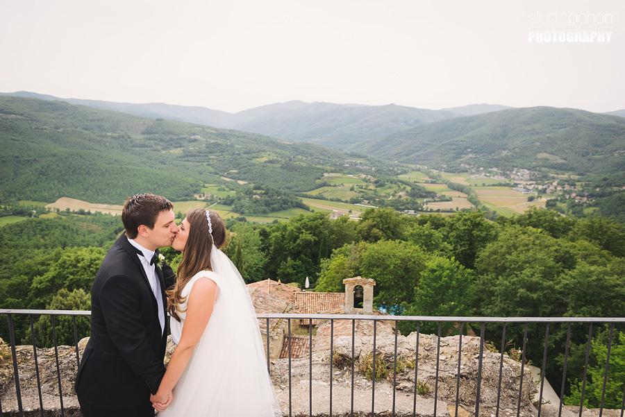 045-bride-groom-wedding-in-tuscany-borgo-san-biagio-portrait-panorama