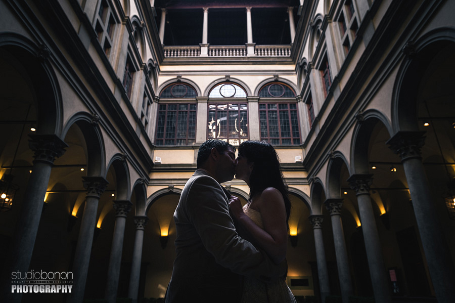 027-engagement-in-florence-palazzo-strozzi-love-kissing