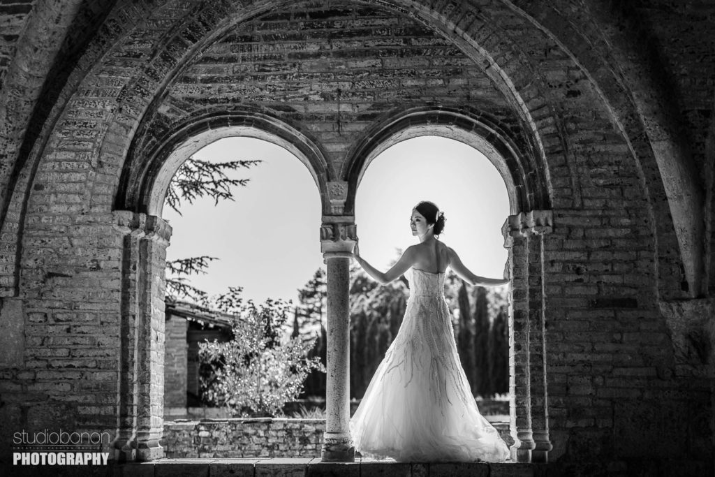 Gorgeous bride portrait a San Galgano, Tuscany countryside