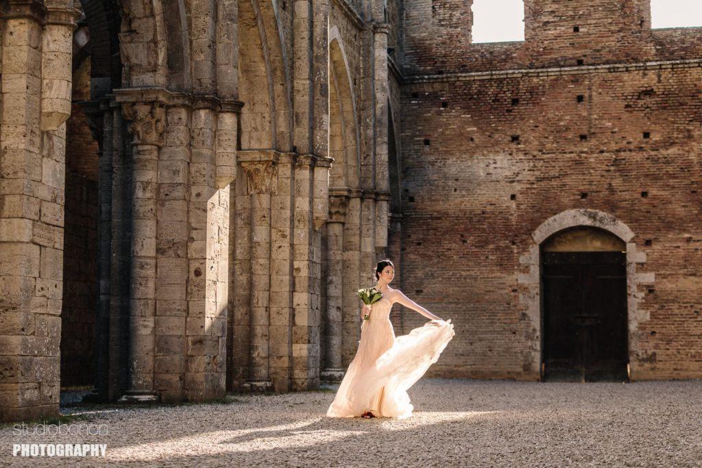Gorgous bride portrait a San Galgano, Tuscany countryside