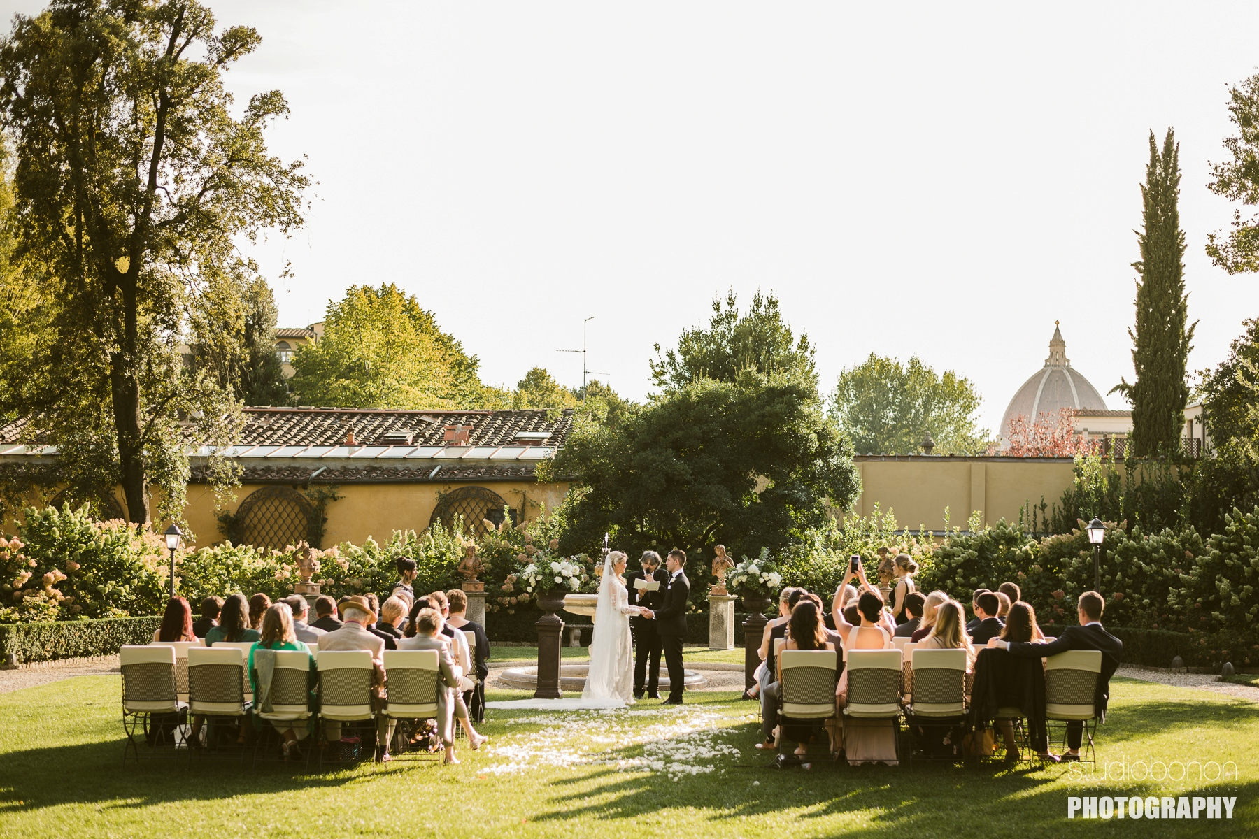 Unforgettable outdoor ceremony at Hotel Four Seasons Florence into the Gherardesca garden park