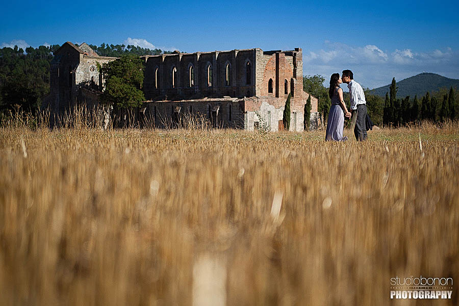 Engagement photography in Tuscany countryside