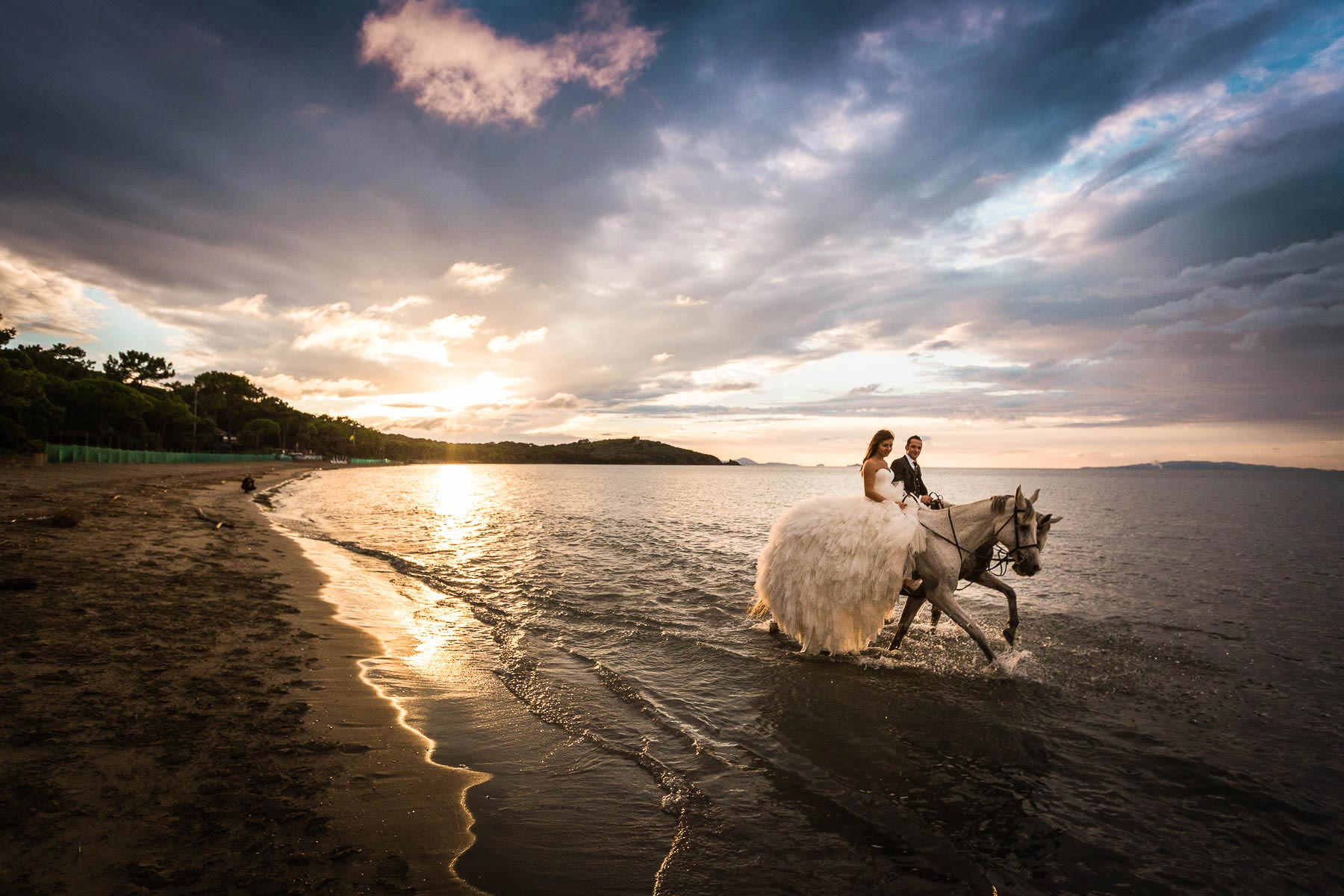 Trash the dress experience in Tuscany with horses