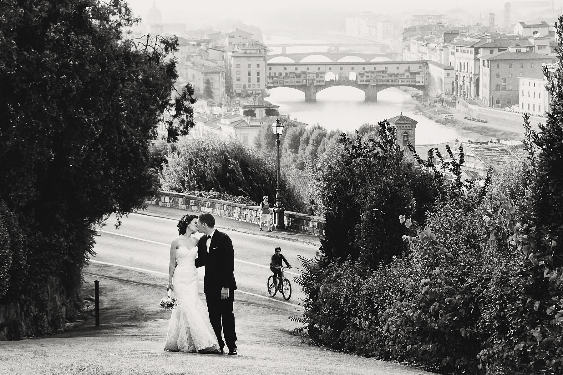 Elegant and fashion bride and groom wedding photo in Florence at Piazzale Michelangelo