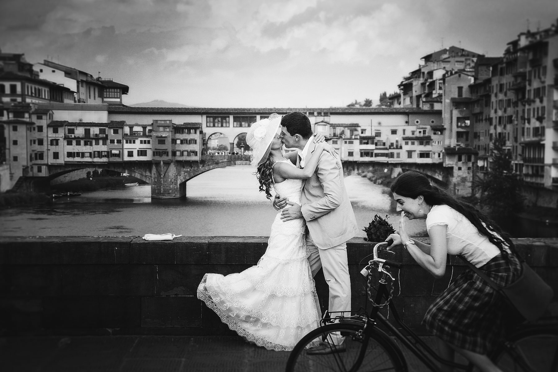 Reportage wedding photo in Florence at Ponte Vecchio.