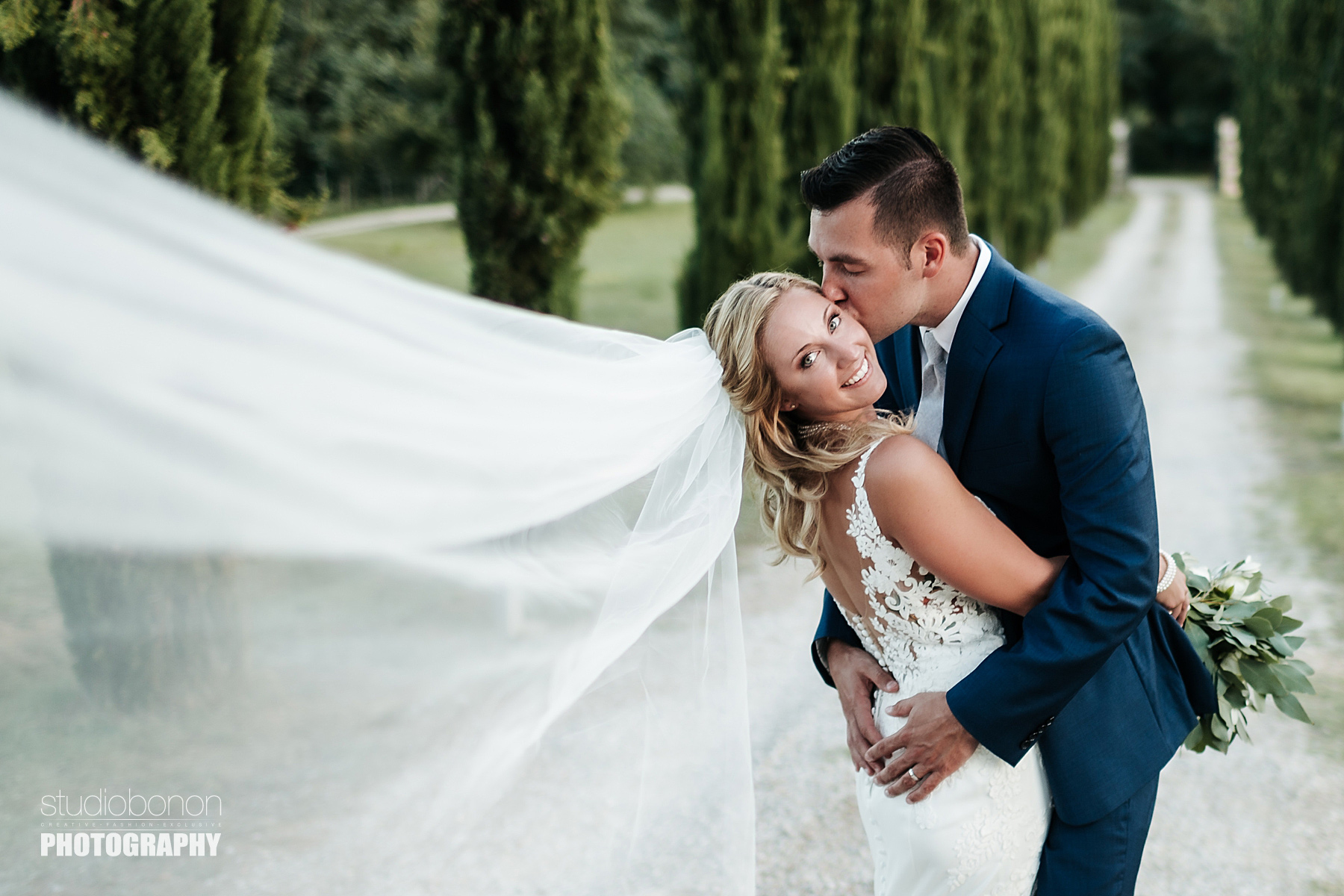 Wedding in Tuscany countryside at Tenuta Canto alla Moraia. Photo by the wedding photographers in Tuscany based Florence Studio Bonon Photography.